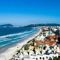 A Praia de Bombas é a primeira praia para quem chega ao município de Bombinhas pela Avenida Governador Celso Ramos.