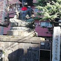 境内に入りまず目に飛び込んでくる大きな銅造地蔵菩薩坐像です