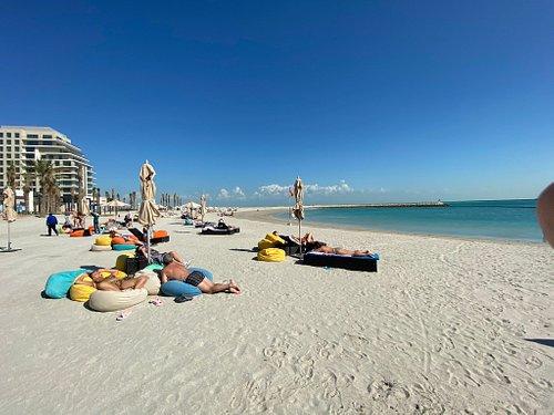 Пляж marassi beach , сюда привозят туристов из городских отелей.