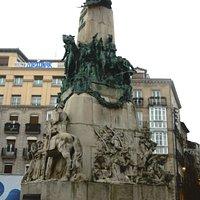 Памятник в интерьере площади