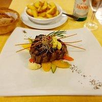 Il filetto di cavallo con cafè de Paris, verdurine saltate e patate country
