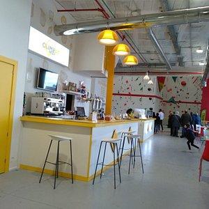 Entrada y zona de cafetería.