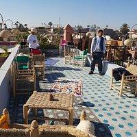 Un espace décontracté et original où l'on peut profiter du soleil de Marrakech tout en dégustant un super cocktail détox ou un thé à la menthe!
