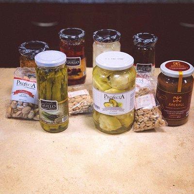 Variedad de conservas, escabeches y frutos secos para las picadas.