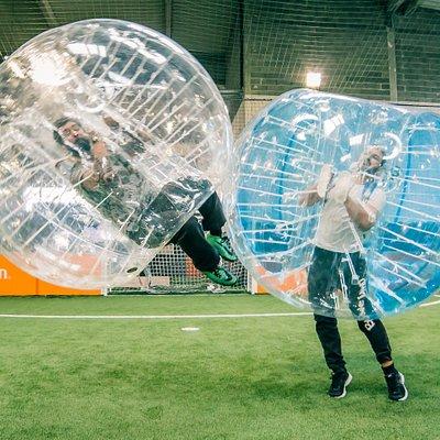 ubble Bump consiste à jouer à du « presque football» avec « presque tout le corps » protégé dans une bulle remplie d'air. Éclate, fous rires, chocs sans risque, sport, fun, loisirs sont les maîtres mots de ce nouveau sport ludique. Tout âge, tout sexe, sportif ou non, tout le monde peut essayer Bubble Bump !