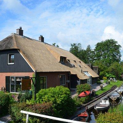 Bootverhuur aan de dorpsgracht in Giethoorn