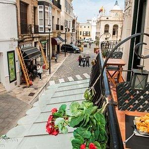 Disfruta de una comida con vistas des de los balcones del Nou Bar.