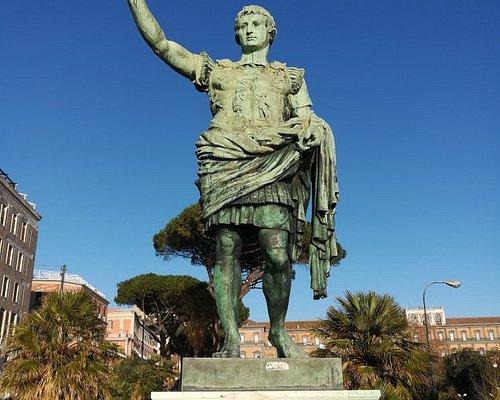 Statua dell'imperatore Ottaviano Augusto, Via Cesario Console, Неаполь, январь.