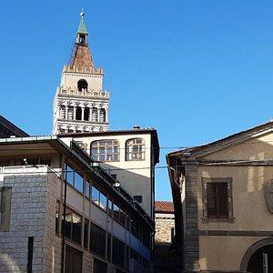 vista da piazzetta San Leone con lo sfondo del Campanile del Duomo