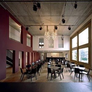 Der stilvoll asketische Innenraum der Romanfabrik, mit Blick auf die Theke, von der Bühne aus gesehen.
