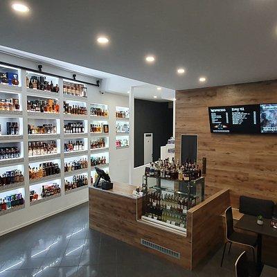 Prostor prodejny, kavárny a baru.