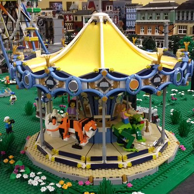 Működő hullámvasút, óriáskerék,, forgó játék és egy csudaszép körhinta a LEGO kockákból épült Vidámparkban.