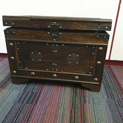 Picture of the chest. The entire expierence is in this chest.