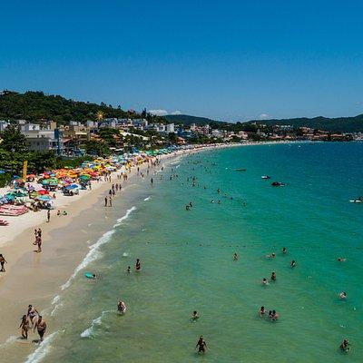 Fotos aéreas da Praia de Bombinhas, praia que dá o nome ao município de Bombinhas