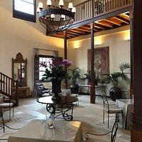 Melia Hacienda del conde ist ein vorzügliches 5 *Hotel Sehr sehr ruhig und kaum Touristen( ausser Golfer) denn der Golfplatz ist gleich nebenan.  Wundervoll! Personal ganz reizend und aufmerksam!!! Wünsche werden wenn irgent möglich sofort erfüllt!!! Die Restaurants sind klasse. Sehr grosse Auswahl Wir können es nur empfehlen❣️