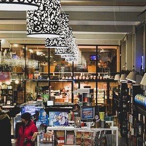 Основное пространство магазина, в котором на первом этаже располагаются отдел «Дом.Быт.Досуг» и детский отдел, а так же касса и отдел канцтоваров, а на втором — отдел специальной литературы (бизнес, история, научно-популярные книги, учебная литература). За стеклянной стеной — кофейня «Чашка Кофе», а в центре основного этажа спуск на цокольный этаж с художественной литературой, подарочными книгами и букинистикой.