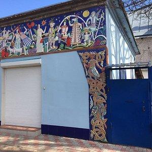 Декоративное керамическое панно на здании музея выполнил художник-керамист Анатолий Камардин.
