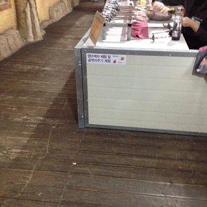 맹수 먹이로 파는 닭고기 꼬챙이. 실온에 준비되어 팔리고 있음.