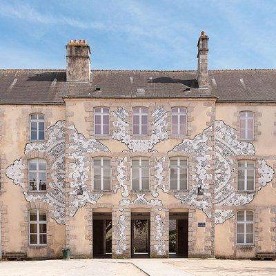 Façade du musée. Fresque réalisée par l'artiste NeSpoon © Olivier Héron, Direction de la Communication de Ville d'Alençon
