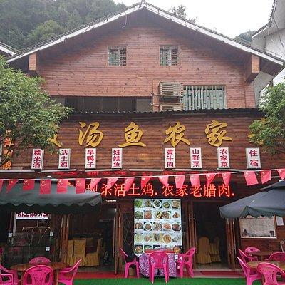 「酸湯魚衣家菜」の登録申請を却下されたので、こちらに投稿します。ホテルから梵净山に向かう道には、同じような外見の飲食店が並びます。美味しくて、昼も夜もここで食べました。