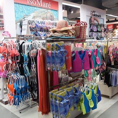 水着も現地調達可能だが、メーカー品なのかお値段は張る。6千円くらいから。