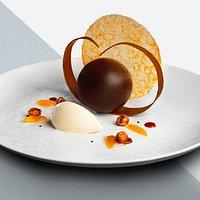 La Sphère fondante au chocolat pur Bolivia, glace à la fève de noix de tonka
