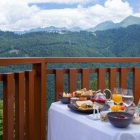 Ужин в ресторане с видом на горы