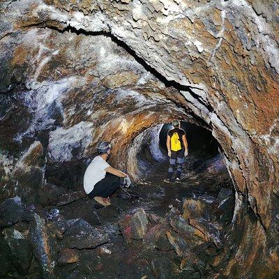 Spéléologie volcanique dans les tunnels de lave du Piton de la Fournaise