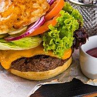 Philadelphia burger z bekonem i serem mimolette