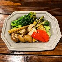 「採れたて温野菜」 自然豊かなやんばるのオーガニック野菜を中心に当店カプリースファームの無農薬野菜など、今一番美味しい野菜を一番美味しく食べて頂けるよう料理法にもこだわったイチオシメニューです!野菜を高温で瞬間的に蒸らすことで、お野菜の歯ごたえを落とすことなく柔らかくそして美味しく味わっていただけます。