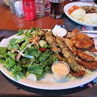 Une assiette de 2 brochettes Souvlaki et salade du chef pour moi et Hamburger Steak pour mon conjoint