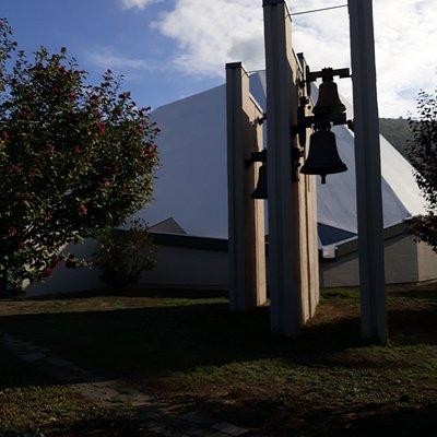 vista chiesa e campanile dal giardino