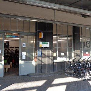 中央駅のホームにある、貸自転車屋のオフィス