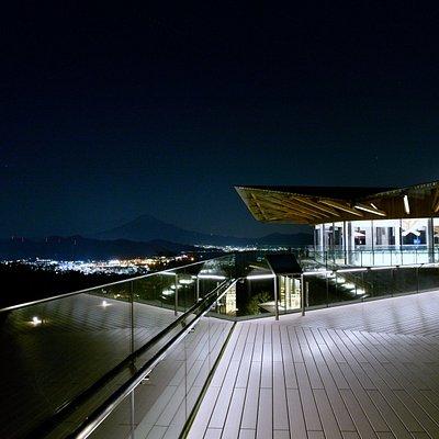 夜景も綺麗。目を凝らせば富士山も見えます!