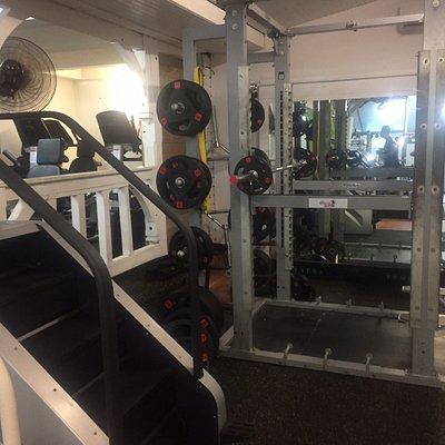 La salle de musculation est assez vaste et bien équipée de matériel varié et de qualité. Le personnel est toujours disponible pour répondre à nos questions. Il y a également une piscine et une magnifique salle pour les cours de groupe. Un superbe endroit pour garder la forme dans le cadre paradisiaque de la Martinique