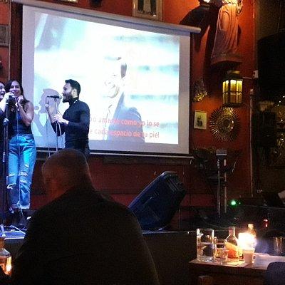 Karaoke en el sitio.