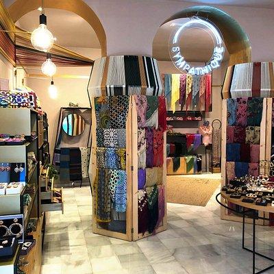 Interior de nuestra tienda con una selección de pashminas y otros accesorios exclusivos