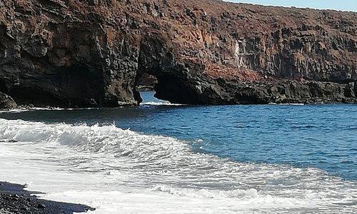 Playa del medio, door 't gat in de rots en je bent op chinquarime, niet vergeten dat 't met hoog water moeilijk terugkomen is!