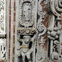 Bassorilievi su pilastro