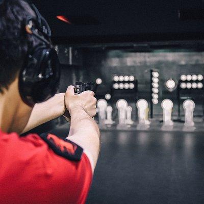 """Стрелковый клуб """"FIRELINE"""" имеет в наличии самое современное оборудование, необходимое для обучения, а также обладает условиями, подходящими под тренировки любой сложности. Профессиональные инструкторы помогут правильно и безопасно обращаться с оружием."""