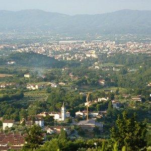 panorama della pianura pistoiese, in primo piano il Santuario di Valdibrana