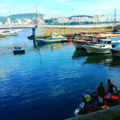 Quadrado com barcos ancorados e sua saída para o mar (antigamente por onde entrava a água do mar para abastecer a piscina dos Jogos PanAmericanos de 1922 .Ao fundo prédios do bairro de Botafogo.