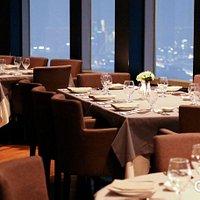 엔그릴은 바깥 풍경을 바라보며 음식을 먹을 수 있는 회전식 레스토랑입니다.