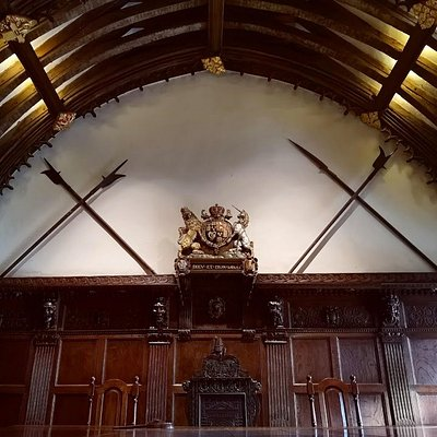 The hall plays host to the Incorporation of Weavers, Fullers & Shearmen and displays its coat of arms. The room was finely panelled in oak from 1634 to 1638.