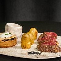 Le Filet de Boeuf   chapelure de noix & parmesan, tartelette aux champignons de Paris et tartufata, pommes de terre grenailles à la fleur de sel, sauce forestière.