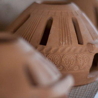 Вдохновленный старым способом изготовления глиняных горшков, особенно одним из города Отырар, он основал школу керамики, чтобы поделиться этими знаниями. Вазы, статуэтки, масляные лампы, у него множество различных изделий из глины.