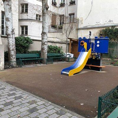Partie droite du Square Jacques-Bidaut (Paris 2ème), avec son aire de jeux et ses bancs