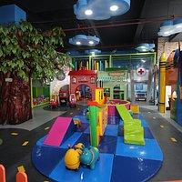 """LA CASA EN EL ÁRBOL  """"STAY, PLAY & CAFÉ"""" ES EL LUGAR EN CAJICA IDEAL PARA TUS HIJOS Y PARA TI.  Contamos con Juegos de roles, playground, Café y wifi."""