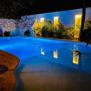 Nuestra piscina por la noche