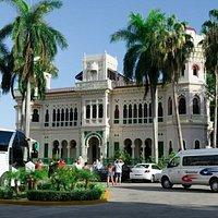 """El Palacio de Valle recibe visitas diarias de quienes visitan Cienfuegos y quienes sienten es """"Amor a primera vista"""" una vez que llegan hasta su jardín. Su arquitectura, su historia y los servicios que prestamos en este hermoso palacete encanta sobremanera."""